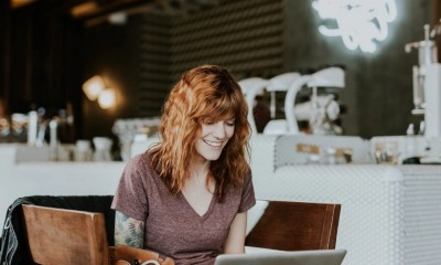 Femme sur son ordinateur dans un café