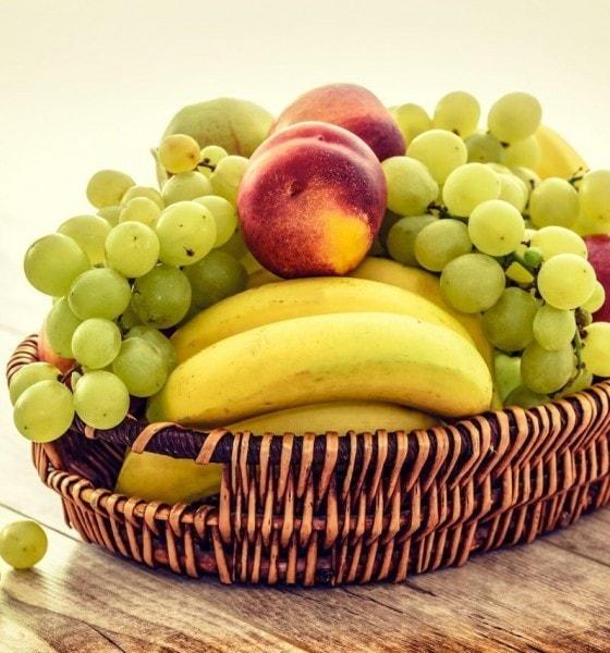 corbeille de fruits livres au bureau