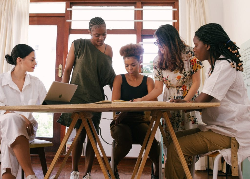 startup-women-discussing